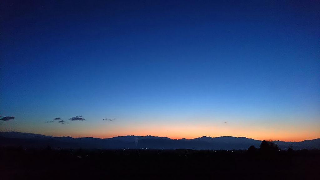 日の出前、グラデーションに染まる東の空を豊里界隈から