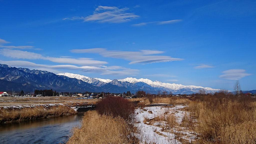 乳房橋から見る白い山並み