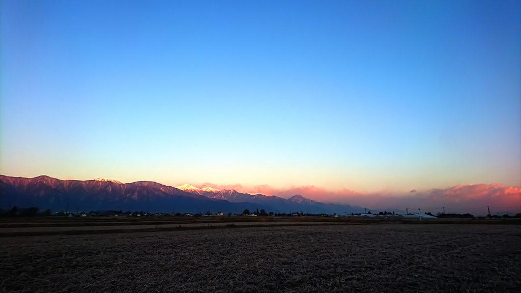 少しモルゲンロート気味の常念岳を松本市から