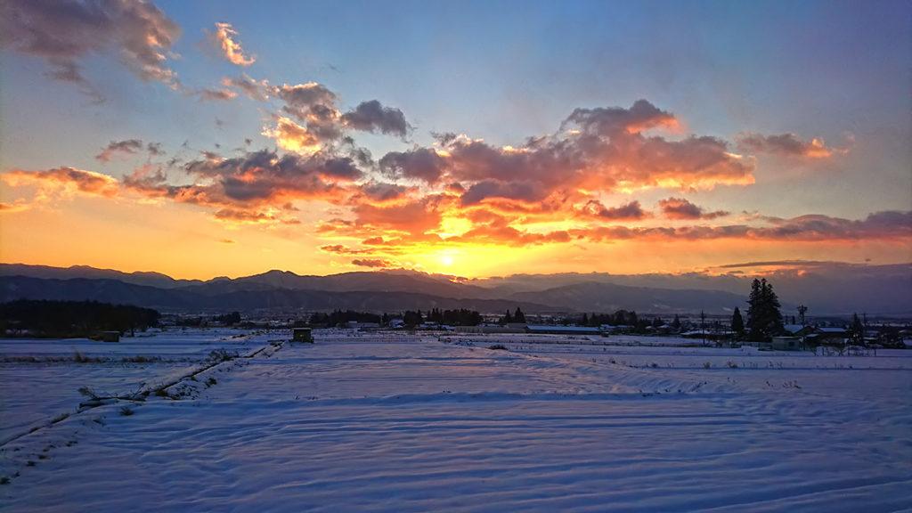 北海渡付近から日の出間際の雪原の風景