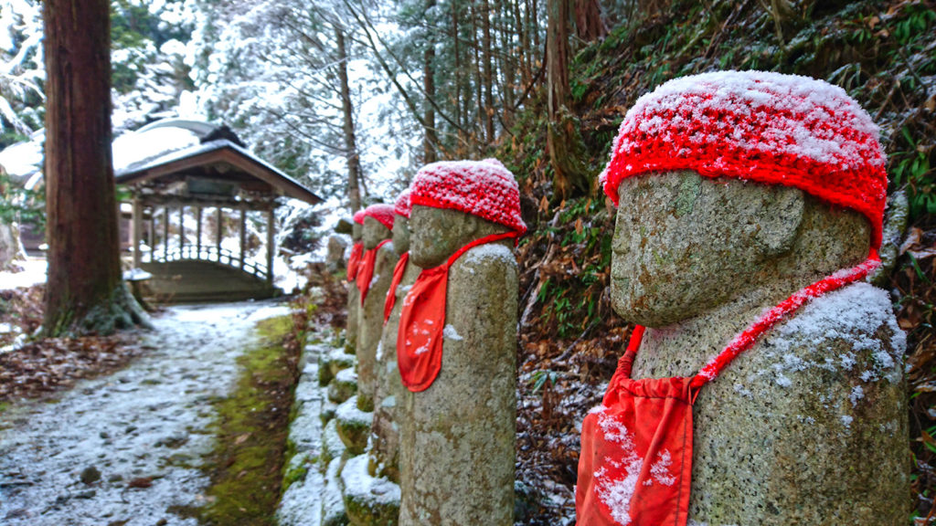 雪化粧した満願寺の六地蔵1