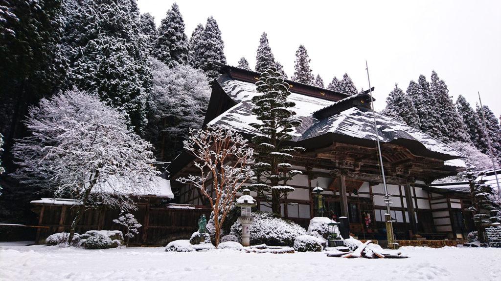 雪化粧した満願寺本堂
