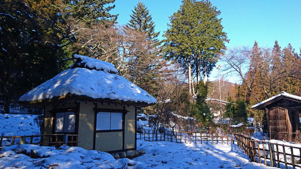 雪を被った松尾寺の水車小屋