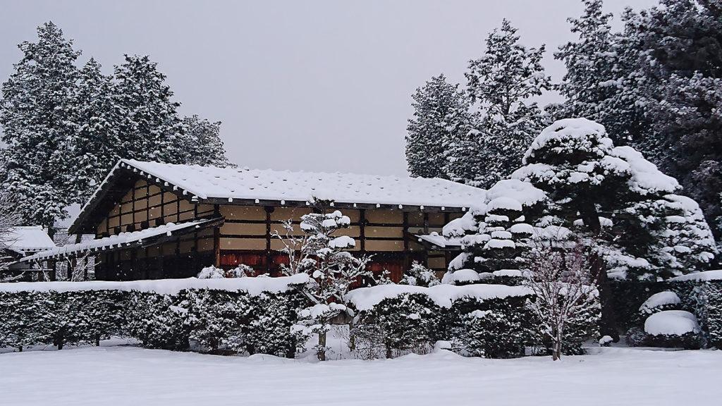 墨絵のような曽根原家住宅の雪景色2