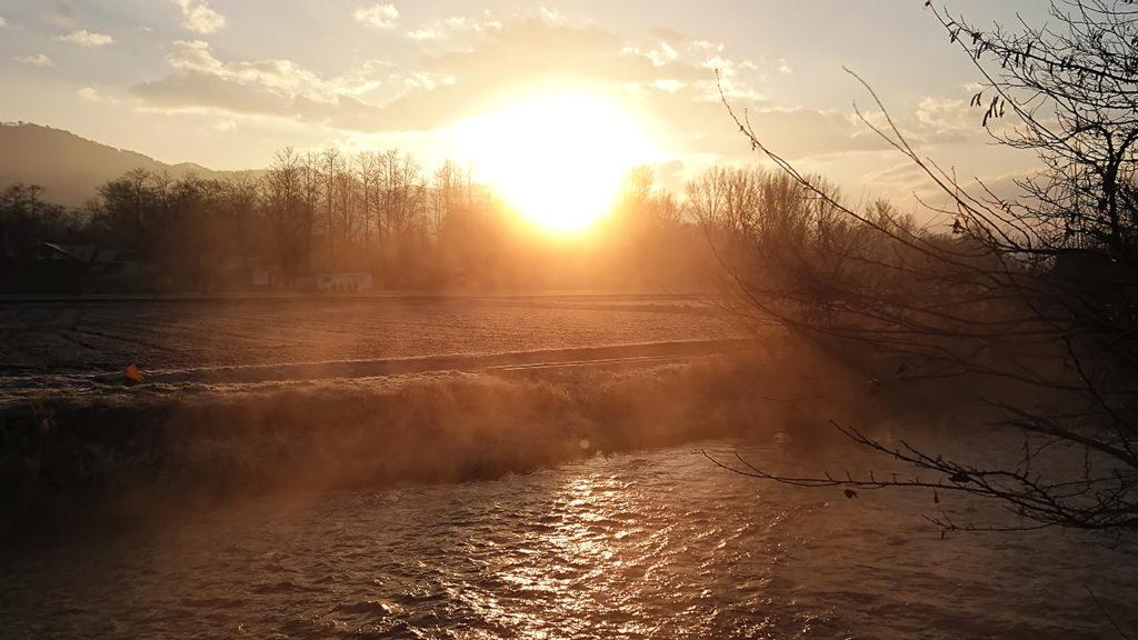 朝日を浴びる蓼川の川霧
