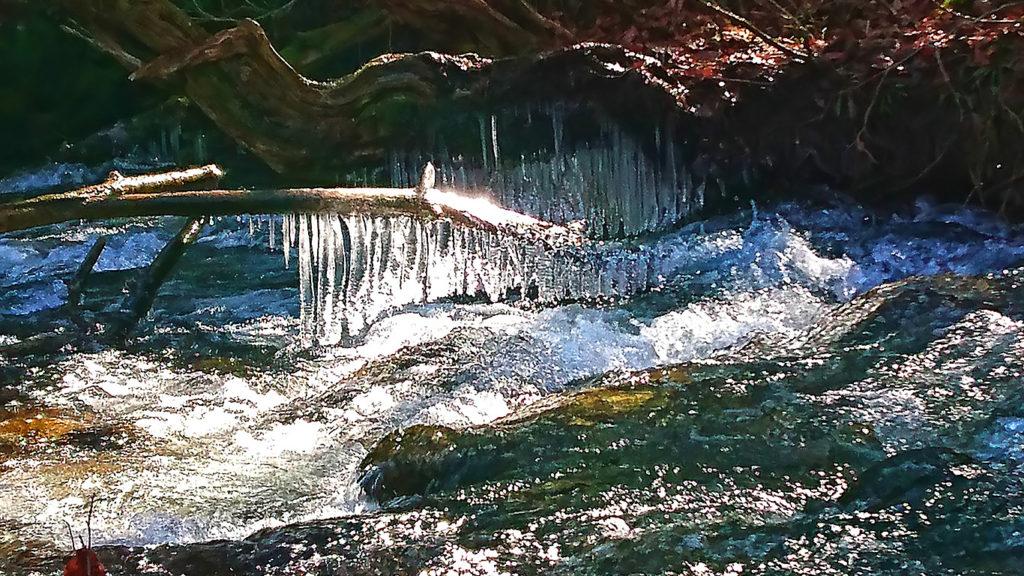 日光に輝くアートな氷柱