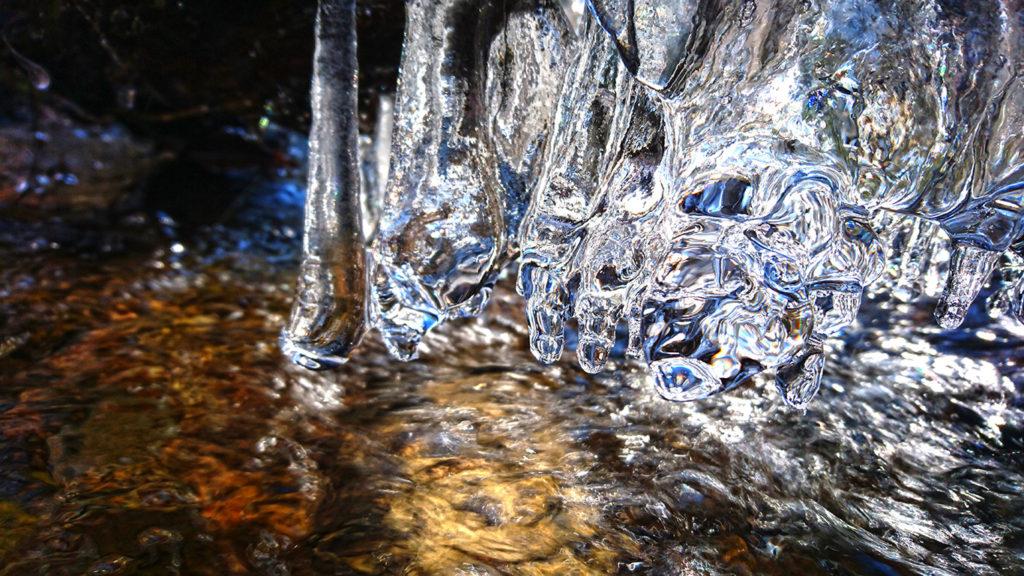 垂れ下がる氷柱の先をアップ