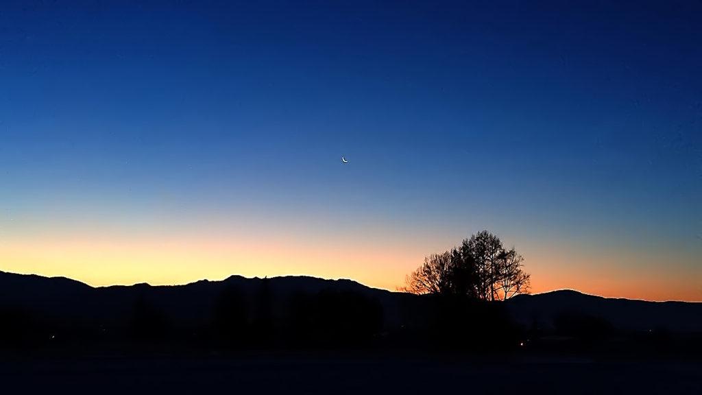 有明月とグラデーションに染まった東の空