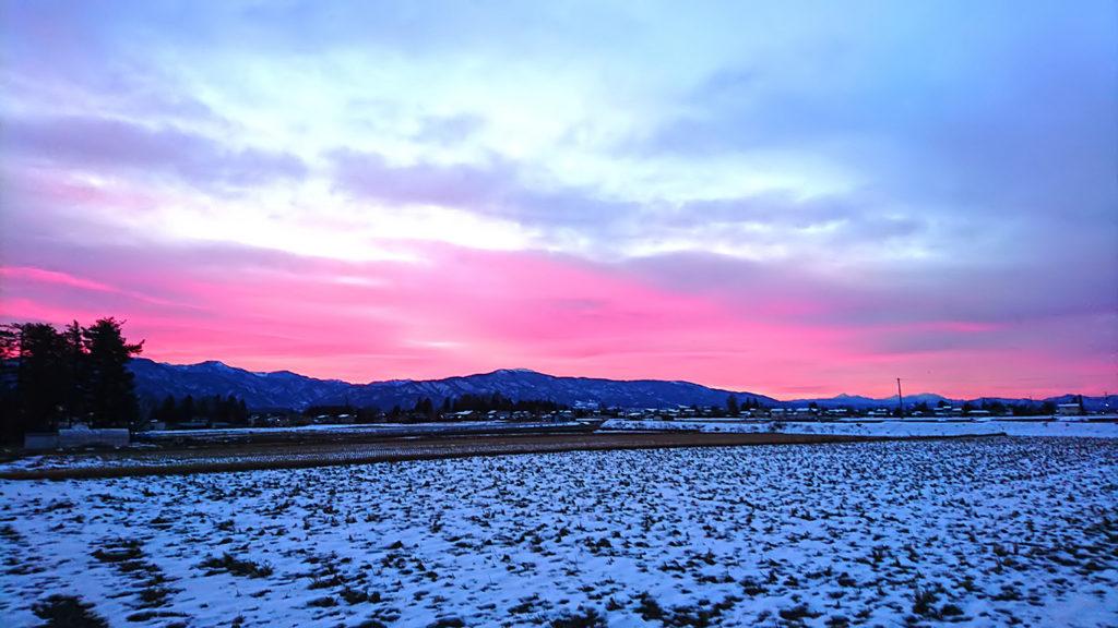 日の出前ピンク色に染まった東の空