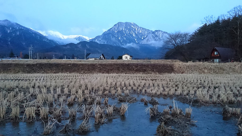 有明山と田んぼの水たまりの氷