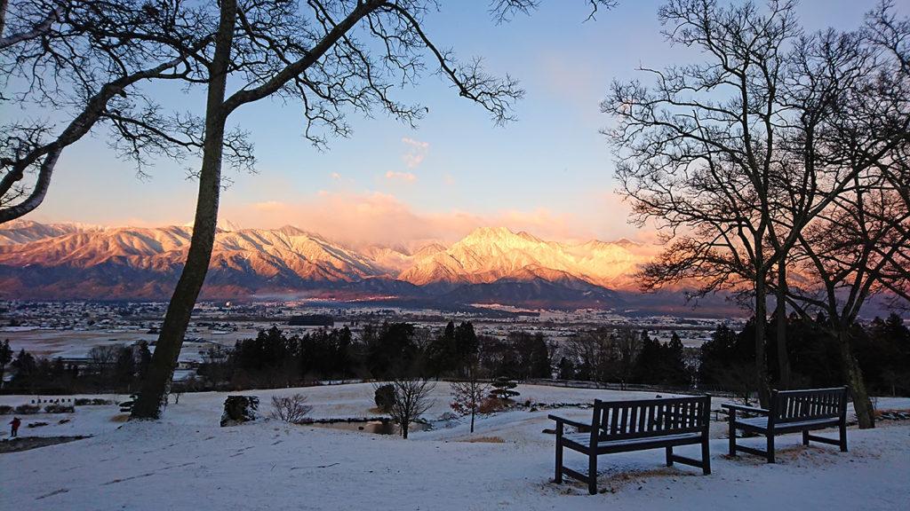 池田町クラフトパークのベンチから雪化粧の風景を
