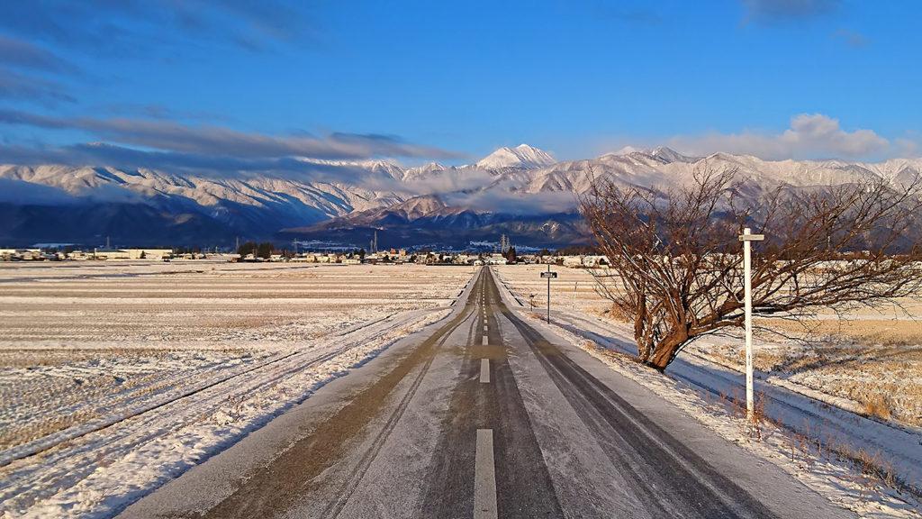 雪化粧の常念岳へ伸びる道
