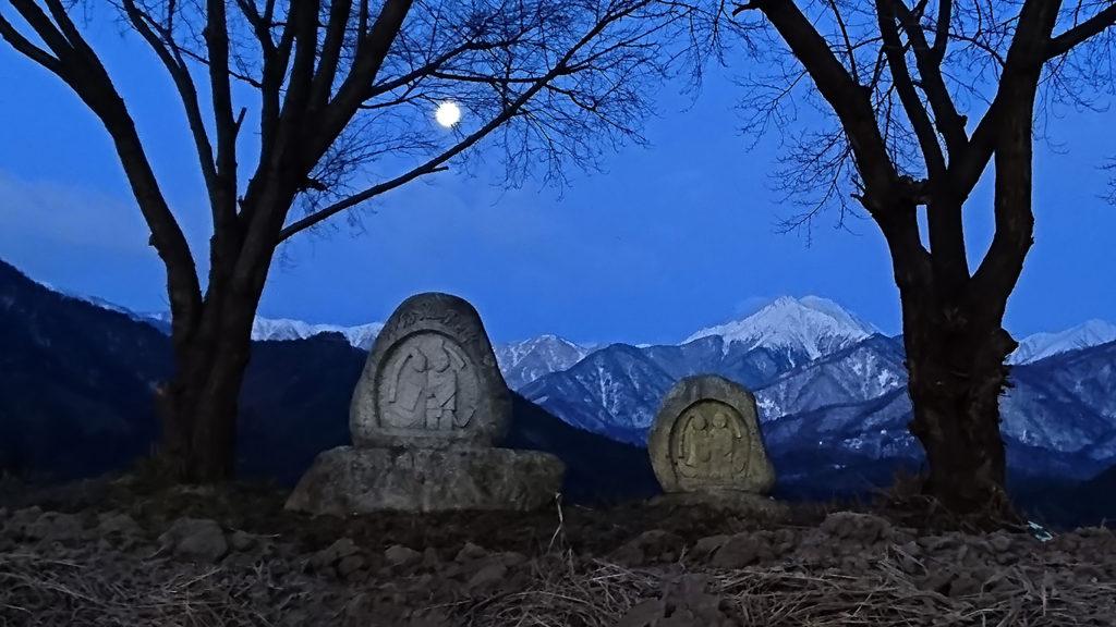 まん丸お月様と常念道祖神
