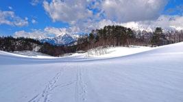 中山高原の雪原と蓮華岳