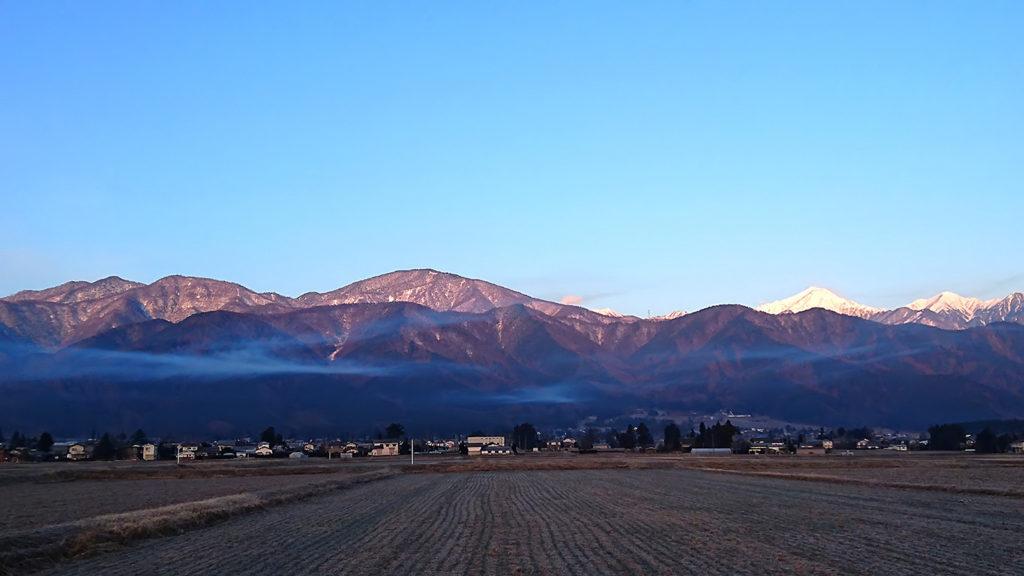 横にたなびく雲と常念岳