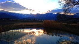 久保田公園の池に映り込む夕方の空と常念岳