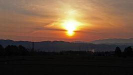 水平線に昇る太陽っぽい太陽