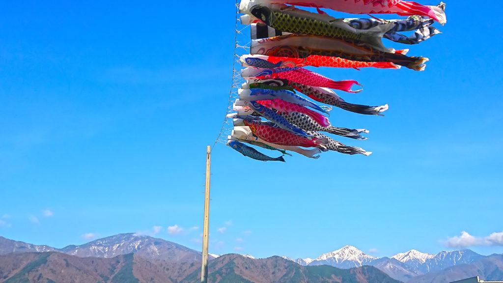 鯉のぼりと常念岳