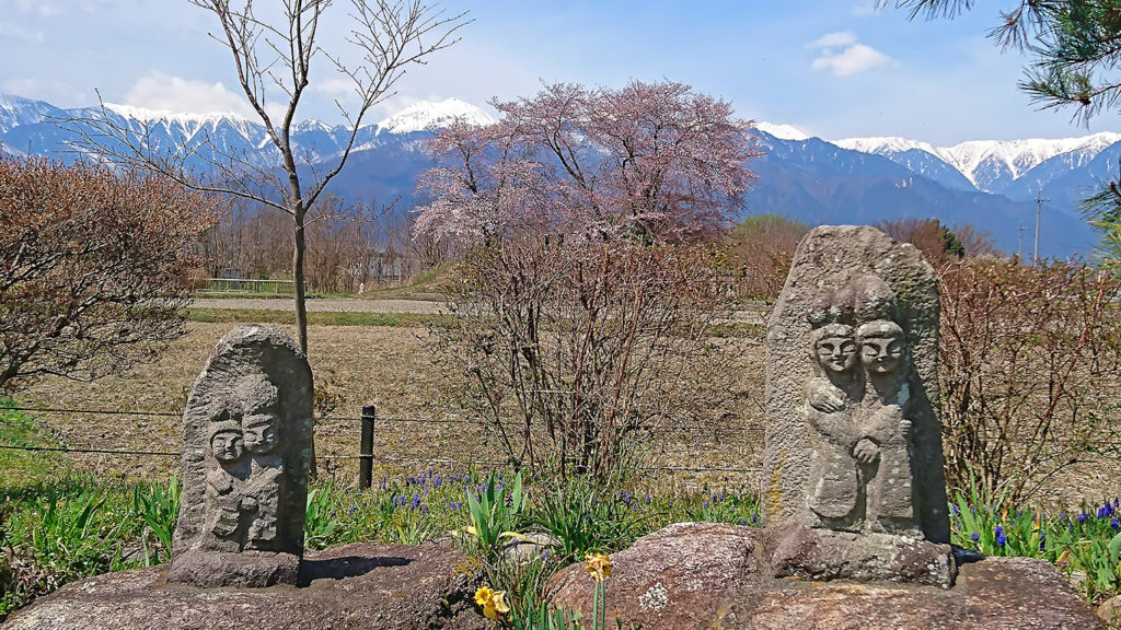 水色の時道祖神から見る桜と常念岳