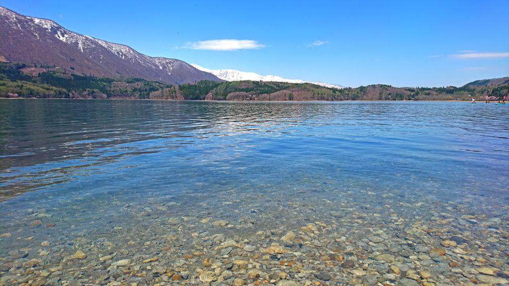 春の青木湖を水際から
