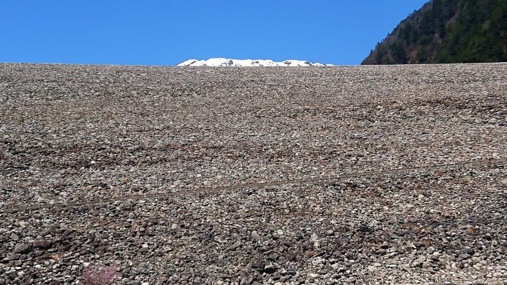 七倉ダムの上に見える白い雪山