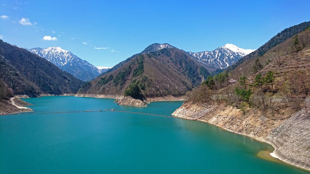 雪山クッキリの龍神湖