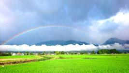 アーチ形の虹と横一直線の雲と有明山