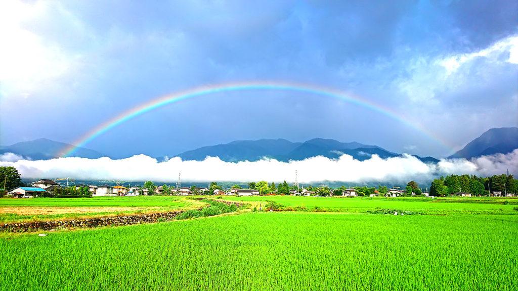 アーチ形の虹と横一直線の雲
