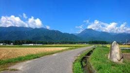 石碑と道路と有明山