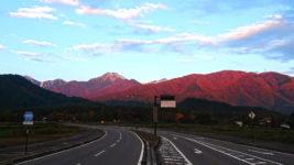 朝日に赤く染まる常念岳方向の山
