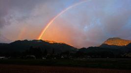 二重の虹と朝日に輝く大天井岳と有明山1