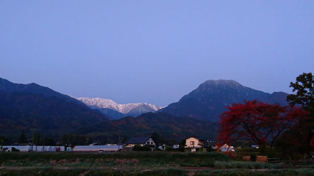 早朝の有明山と紅葉