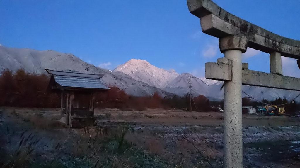 白くなった有明山を鳥居と一緒に