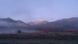 常念岳をバックに霧と霜の風景