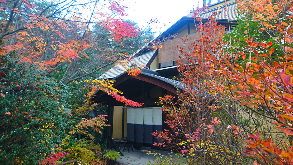 にし屋別荘入口の紅葉風景