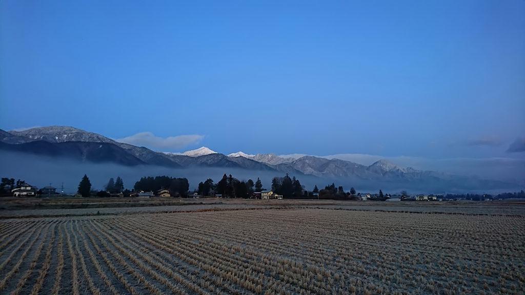 山裾の霧と常念岳