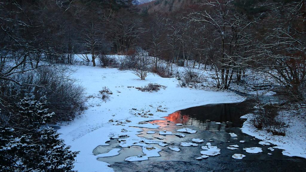 モルゲンロートが映り込む烏川の川面