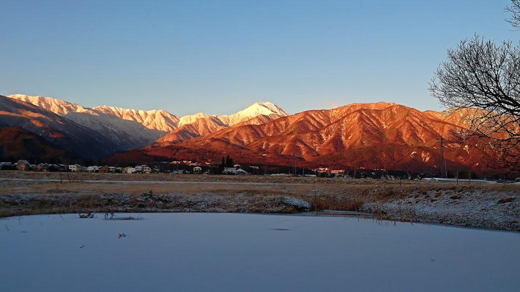 凍結した池と常念岳