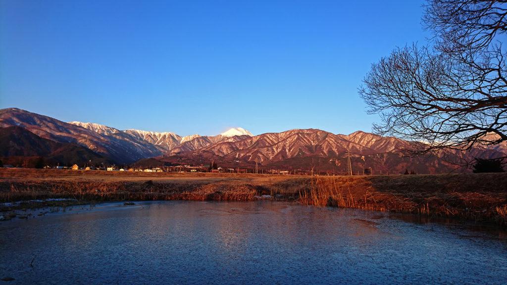 凍った久保田公園の池と常念岳