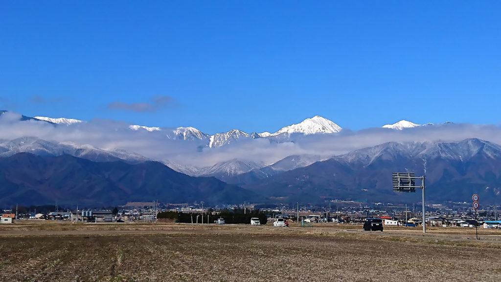 常念岳と山の中腹にかかる雲