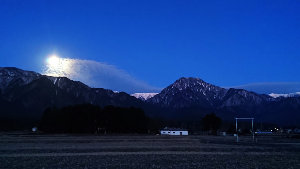 沈みゆくお月様と有明山
