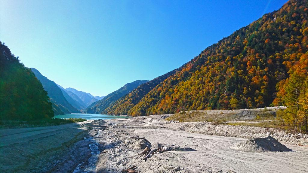 高瀬ダムのダム湖を望む紅葉