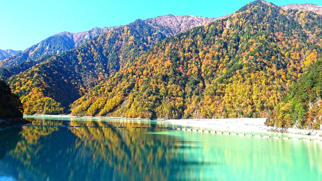 高瀬ダムのダム湖に映り込む紅葉