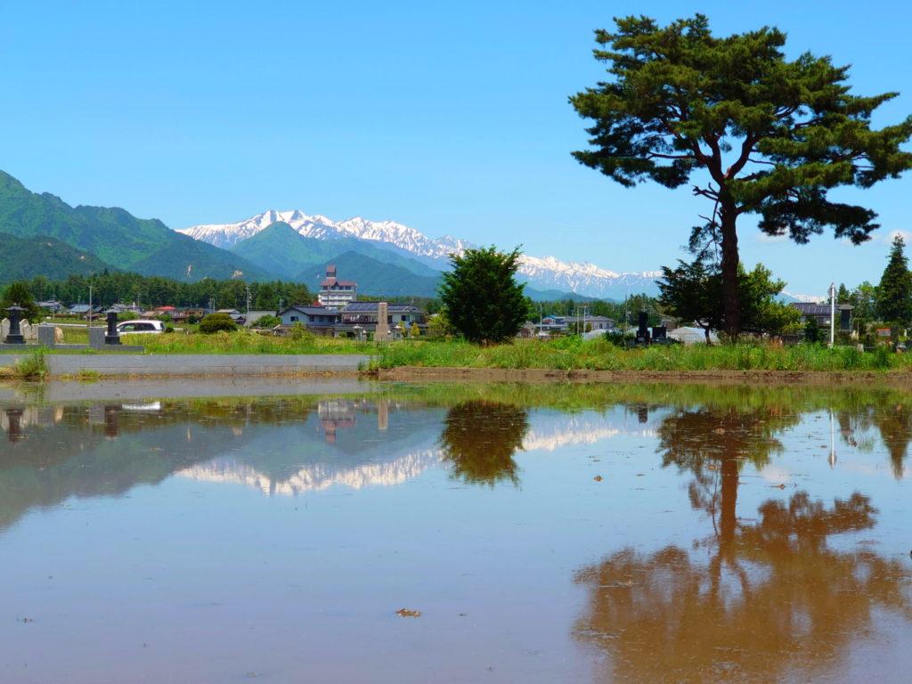 水鏡と大町方面の山