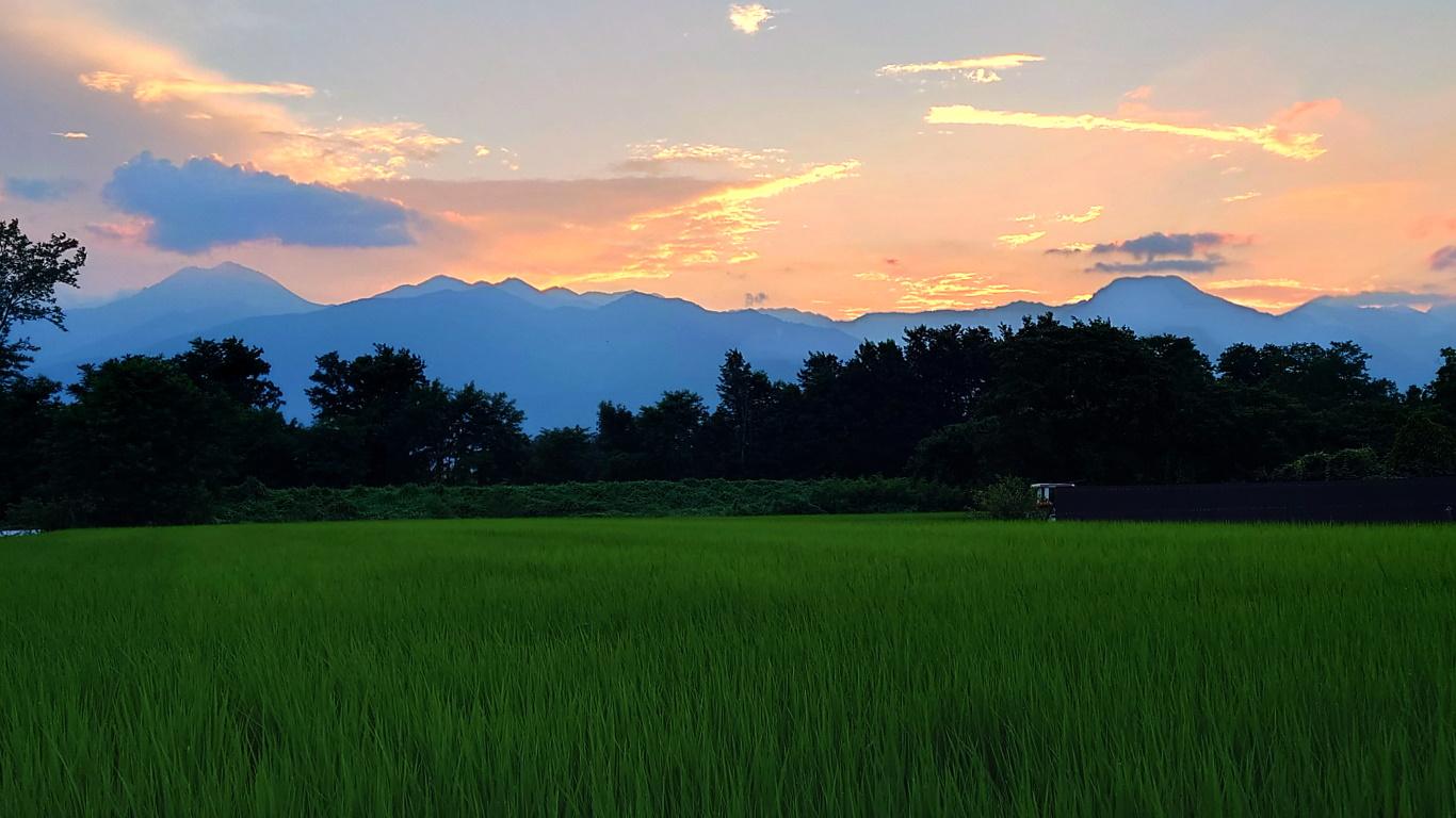 夕暮れ時の常念岳と有明山