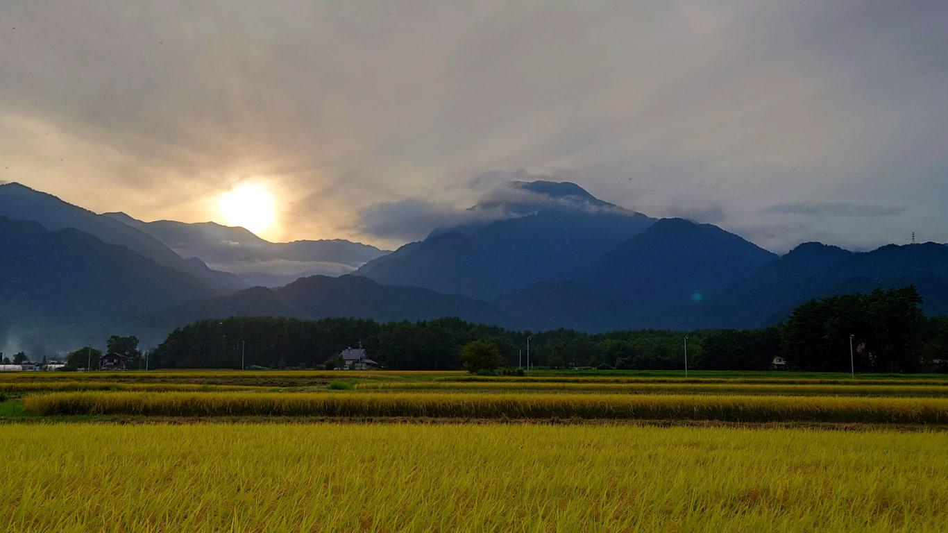有明山とアルプスに沈みゆく太陽